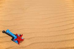 Пляж с ребенк забавляется лопаткоулавливатель, ведро и звезда Красного Моря Стоковые Изображения