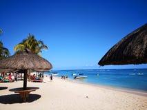Пляж с солнечностью стоковая фотография