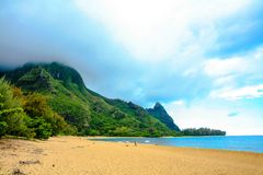 Пляж тоннелей, с горой Makana или Бали Hai стоковые фотографии rf