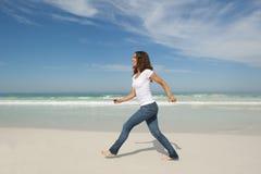 Пляж тренировки милой женщины гуляя Стоковые Фото