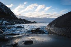 Пляж утеса зимы стоковые фото