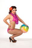 пляж шарика представляя детенышей женщины Стоковое Изображение RF