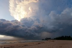 Пляж Ahungalla, Шри-Ланка - Overclouded ландшафт во время захода солнца стоковое изображение rf