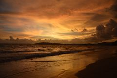 Пляж Ao Nang в Krabi, Таиланде, на заходе солнца стоковая фотография rf