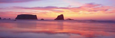 Пляж Bandon на заходе солнца Стоковые Фотографии RF