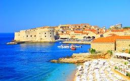 Пляж Banje и Дубровник, Хорватия стоковые изображения rf