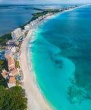 Пляж Cancun в течение дня Стоковые Изображения
