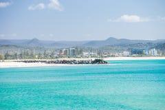 Пляж Coolangatta на ясный день смотря к пляжу Kirra на Gold Coast стоковое изображение