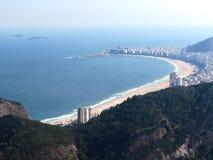 Пляж Copacabana города Рио-де-Жанейро сверху стоковая фотография
