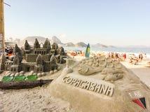 Пляж Copacabana зашкурит скульптуру стоковое фото rf