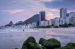 Пляж Copacabana на заходе солнца в Рио-де-Жанейро, Бразилии Бразилии стоковое изображение