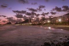 Пляж Copacabana на заходе солнца в Рио-де-Жанейро, Бразилии Бразилии стоковые фотографии rf