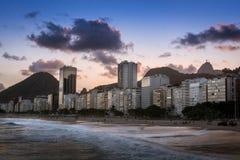 Пляж Copacabana на заходе солнца в Рио-де-Жанейро, Бразилии Бразилии стоковое фото