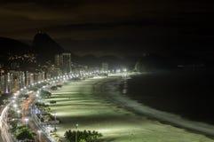 Пляж Copacabana на ноче Стоковая Фотография