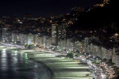 Пляж Copacabana на ноче Стоковая Фотография RF