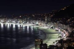 Пляж Copacabana на ноче Стоковые Изображения
