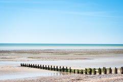 Пляж Empy с деревянным Groyne на точный весенний день Стоковое Фото