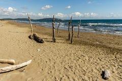 Пляж Feniglia в поляках Тосканы деревянных вставленных на пляже Стоковые Изображения RF