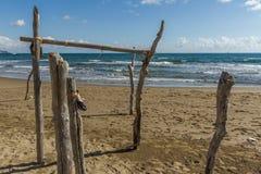 Пляж Feniglia в поляках Тосканы деревянных вставленных на пляже Стоковые Фотографии RF