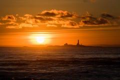 Пляж Hellsto захода солнца с красным цветом Норвегией желтого цвета маяка стоковые фото