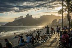 Пляж Ipanema, Рио-де-Жанейро/Бразилия - 15-ое апреля 2019: Образ жизни на заходе солнца на пляже Ipanema, Рио-де-Жанейро, Бразили стоковое фото rf