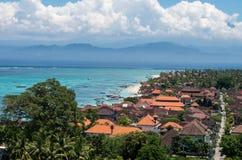 Пляж Jungut Batu с Бали на заднем плане, Nusa Lembongan, Индонезия Стоковая Фотография