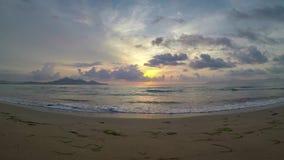 пляж 4K Майорки Puerto de Alcudia на восходе солнца в заливе Alcudia в Мальорке Балеарских островах Испании Солнце поднимает окол видеоматериал