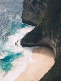 Пляж Kelingking в Nusa Penida Бали стоковые изображения rf