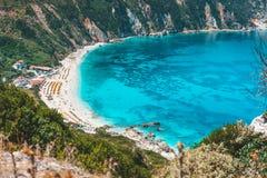 Пляж Myrtos с лазурной голубой морской водой в заливе Любимое туристское назначение, который будет посещать в лете на острове Kef стоковые изображения rf