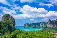 Пляж Railey, Krabi, Таиланд: Красивый обзор со скалами открытого моря и известняка стоковые изображения