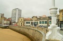Пляж San Lorenzo при свое здание рынка смотря море в Gijon Архитектура, перемещение, праздники, города стоковое фото