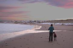 Пляж Snowy Aberdeenshire с женщиной и собакой Стоковые Изображения