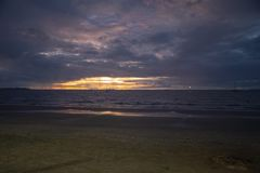Пляж Wailoaloa захода солнца Стоковое Изображение RF