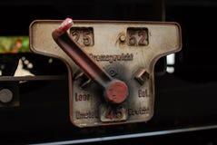 Пневматическая или гидравлическая красная переключателя фура поезда дальше стоковая фотография