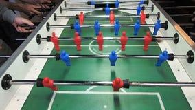 Пните забастовку в футбольной игре таблицы Молодые люди играя foosball Переднее viev сток-видео