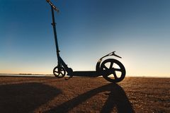 Пните самокат на следе асфальта идущем, под солнечным светом на солнечном летнем дне Стоковое Изображение RF
