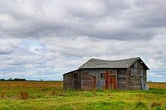 Побегите вниз с старого амбара в поле Стоковое Изображение