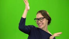Победитель или успех Веселить женщины выигрывая и праздновать ее успешный выигрыш возбудили руку очень счастливую зеленый экран акции видеоматериалы