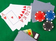 Победоносный план карточек, на зеленой предпосылке, с обломоками покера Стоковые Изображения RF