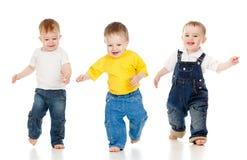 побежали участвовать в гонке игры игры конкуренции детей, котор Стоковое Фото