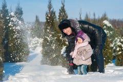 Побежали маленькая девочка и папа, который и игра с снегом, образ жизни, зимние отдыхи стоковая фотография rf