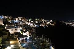 Побеленные дома на скалах с видом на море на ноче в Imerovigl Стоковые Изображения
