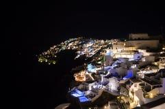 Побеленные дома на скалах с видом на море на ноче в Imerovigl Стоковые Изображения RF