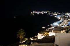 Побеленные дома на скалах с видом на море на ноче в Imerovigl Стоковое Фото