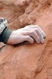 побеленные мелом взбираясь руки стоковые фотографии rf