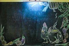 Побелите мелом с вычерченными овощами и цыпленком на черной доске Стоковая Фотография