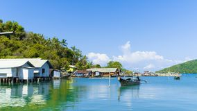 Побережье в koh yao yai деревни рыболова стоковая фотография rf