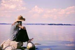 Побережье женщины на море Стоковые Изображения RF
