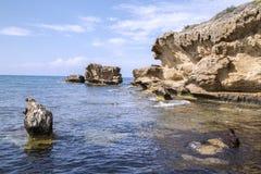 Побережье и скалы с солнечным днем Стоковое Изображение
