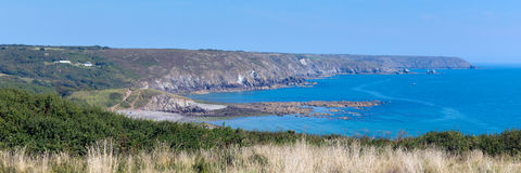 Побережье Корнуолл полуострова ящерицы к Kennack зашкурит солнечную панораму летнего дня голубого неба Стоковые Фото